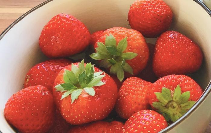 Chiapudding mit einem Erdbeerspiegel