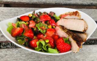 Sommerlicher Salat mit Erdbeeren